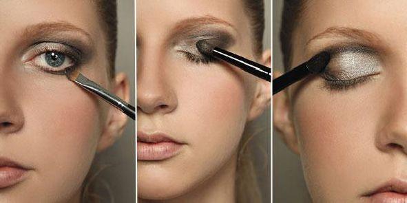 Foto mostrando mulher aplicando sombra