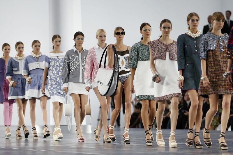 Foto de Desfile da Chanel em Paris, lançando lançando tendências de vestuário e também de maquiagem