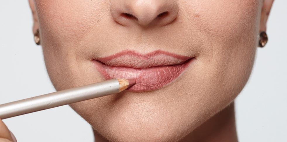 Foto mostrando o lápis delineador para contorno dos lábios