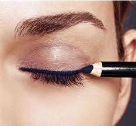 Foto mostrando mulher usando o lápis no olhos