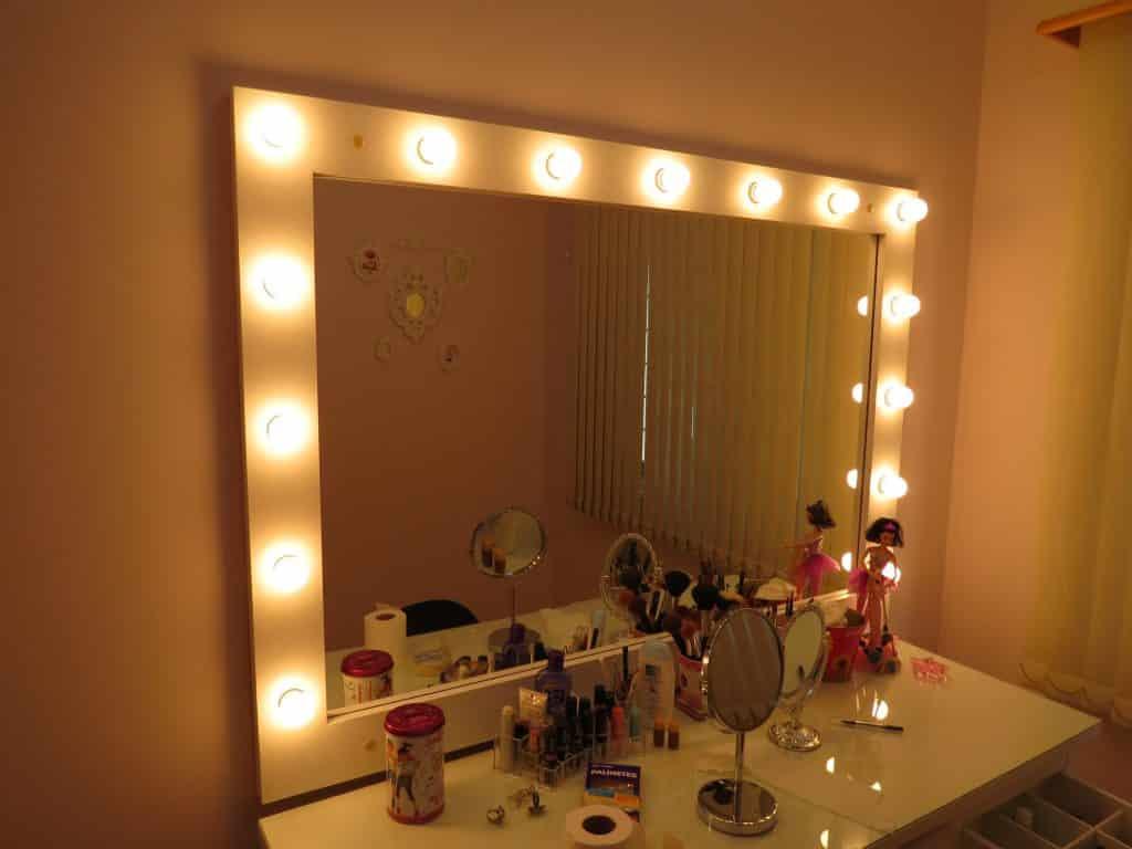 foto de um Espelho tipo camarin com iluminação adequada para fazer uma boa maquiagem
