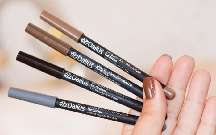 Foto mostrando o lápis para sobrancelha