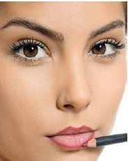 Foto mostrando mulher utilizando lápis de contorno dos lábios