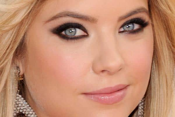 Foto mostrando maquiagem em loira