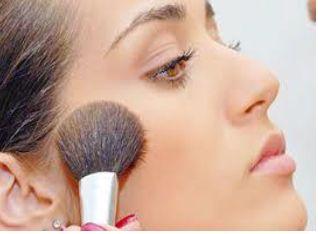 Foto mostrando mulher aplicando blush