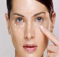 Foto mostrando mulher aplicando corretivo no rosto