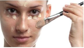 Foto mostrando mulher aplicando pó facial