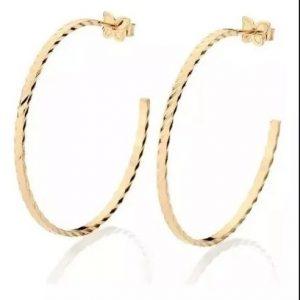 Brincos Rommanel banhados a ouro argola formado por fio diamantado medindo 7,0 cm de diâmetro - Cód 523125